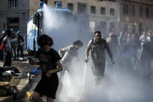Italy police using water cannon and batons clash with Ethiopian and Ertrean